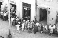 Dzisiejsze kolejki pod sklepami wielu kojarzą się z czasami komuny.