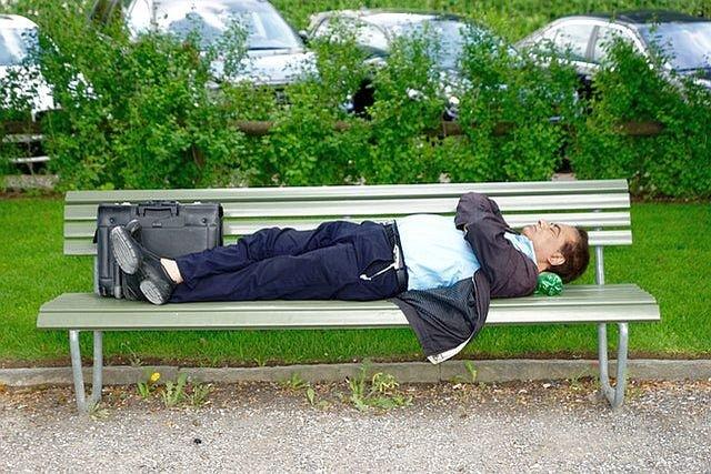 Drzemka w ciągu dnia, późne chodzenie spać to sposoby na spokojny sen w upały