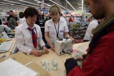 Wielu sprzedawców odmawia przyjmowania płatności gotówką w sklepach. Według NBP jest to działanie bezprawne.