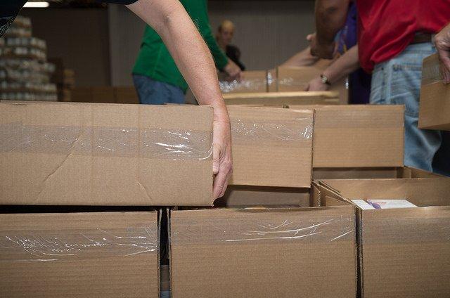 Zakaz handlu w niedziele dotkliwie doświadczył firmy kurierskie