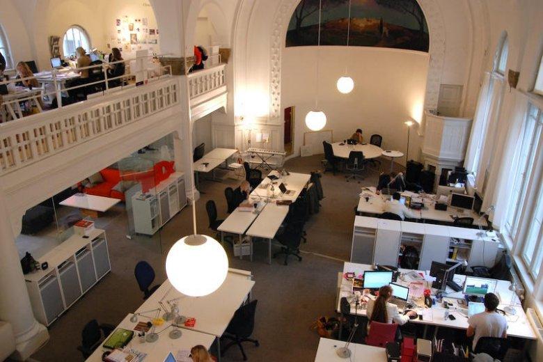 Młodzi przedsiębiorcy w sztokholmskim centrum coworkingowym.