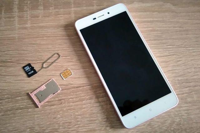 Wsadzenie jednocześnie karty nano SIM i micro SD nie jest możliwe. Tackę wyjmuje się przy użyciu metalowej szpili.