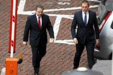"""Szef Agencji Wywiadu, płk Piotr Krawczyk (z lewej). Agencja Wywiadu """"w aspekcie finansowym jawi się jako konkurencyjny pracodawca""""."""