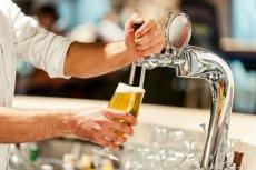 – Piwko w barze na rogu nigdy nie stało się domyślnym uzusem Polski pracującej – narzeka Woś.