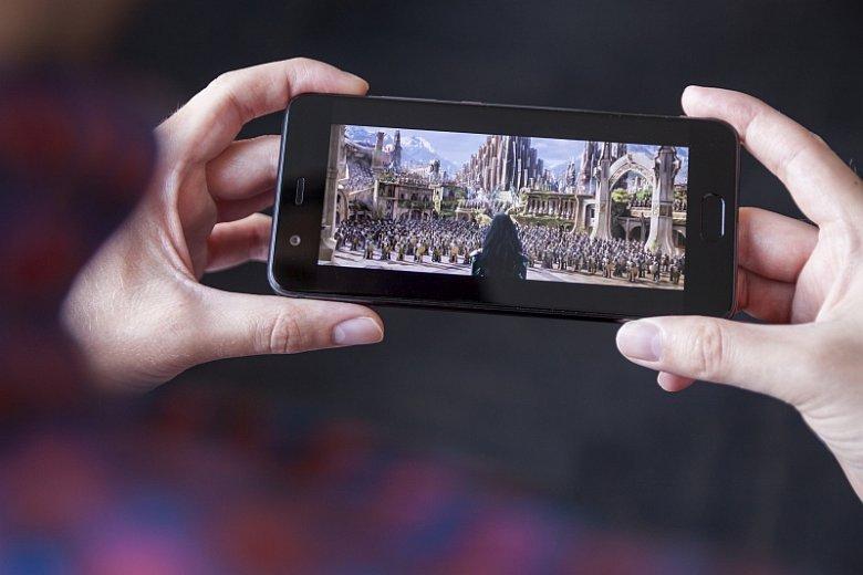 Oglądanie filmów na smartfonie Huawei P10 należy do przyjemności