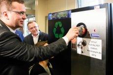Automat do zwrotu plastikowych butelek zniknął z Urzędu Miasta. Bezdomni wyjęli z niego wszystkie pieniądze.