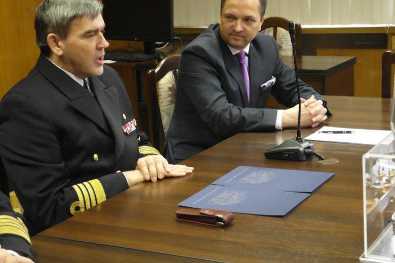Rektor AMW komandor prof. dr hab. Tomasz Szubrycht i prezes Thales Polska Paweł Piotrowski podpisali porozumienie o współpracy