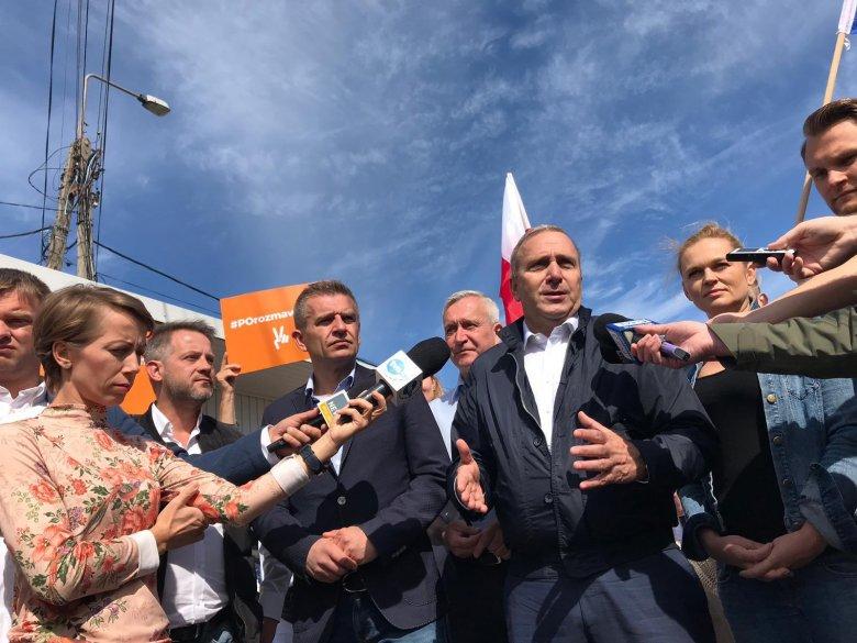 Grzegorz Schetyna jeździ po podlaskich miejscowościach w ramach sztabu wyborczego. Dziś odwiedził białostocki bazar.