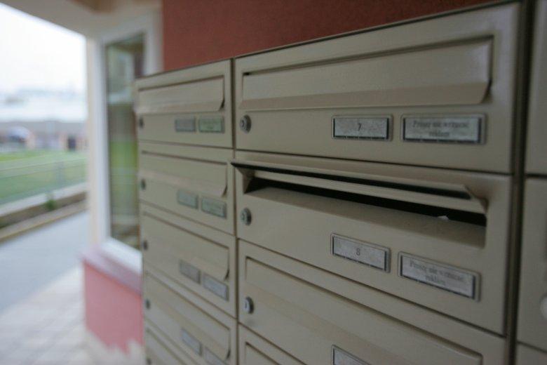 Kartki o treści Kupię mieszkanie w tym bloku czy Proszę o pilny kontakt można znaleźć w skrzynce pocztowej. Zostawiają je agenci nieruchomości