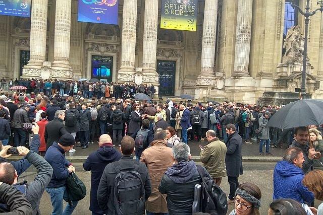 Ta kolejka pod paryskim Grand Palace to zaproszeni goście oczekujący na premierę chińskiego telefonu - Huawei P20 i P20 Pro.