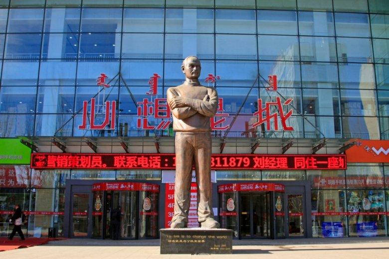 Pomnik Steve'a Jobsa przed jednym z chińskich centrów handlowych.