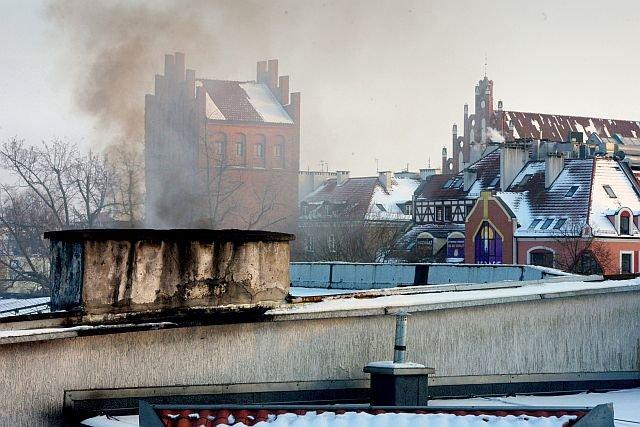 Krakowska straż miejska wystawiła mandat mężczyźnie za palenie w piecu meblami na śmiesznie niską sumę.
