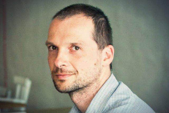 Piotr Wasylczyk to kierownik projektu, który opracował robota-gąsiennicę.