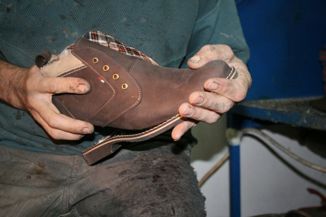 Adam Kubarski zorganizował kilka zakładów szewskich w manufakturę, która teraz może utrzymać się na rynku
