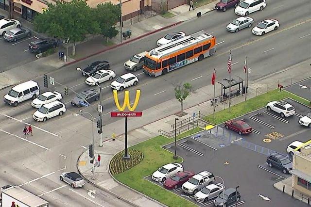 McDonald's odwrócił swoje logo, by tworzyło literę W jak woman - to akcja z okazji Dnia Kobiet.