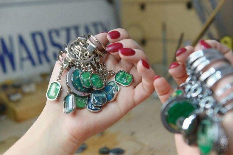 W ramach projektu realizowanego dla Orange ze starych telefonów komórkowych powstaje biżuteria.