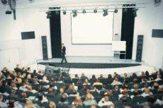 Mack Lamoureaux zjawił się na międzynarodowym zjeździe płaskoziemców i poprosił uczestników o wskazanie najgłupszej teorii spiskowej (zdjęcie poglądowe).