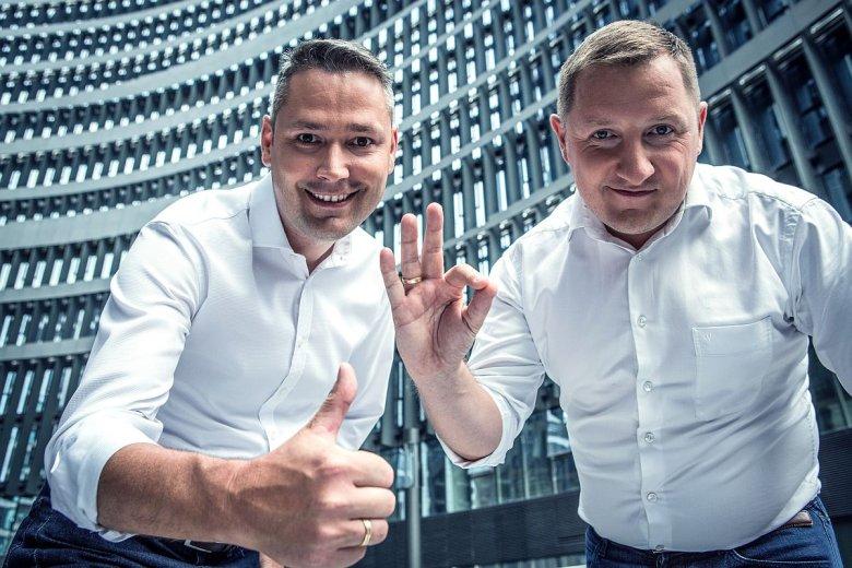 Szulc i Domański zwracają uwagę na dodatkową korzyść z wdrożenia e-leasingu w Polsce. Jest nią odwrócenie czynności związanych z zakupem samochodu, a w efekcie skrócenie czasu, jaki trzeba na to przeznaczyć