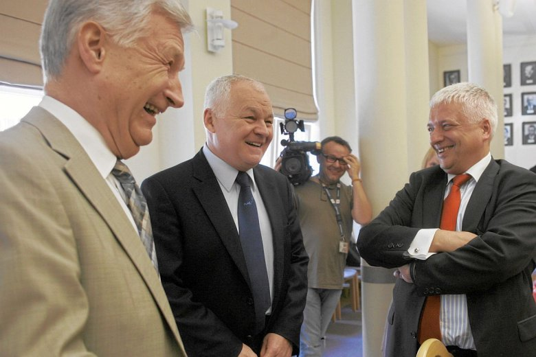 Analityk Piotr Kuczyński poinformował, że nie będzie pracował już w Domu Inwestycyjnym Xelion, którego właścicielem jest Bank Pekao. Od lewej: Piotr Kuczyński , Jan Krzysztof Bielecki i Robert Gwiazdowski.