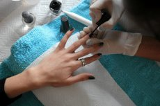 Salony kosmetyczne i fryzjerskie nie mają od rządu i sanepidu żadnych zaleceń w kwestii otwierania swoich gabinetów podczas epidemii koronawirusa.