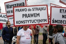 Czerwcowy protest związkowców z PLL LOT w obronie zwolnionej z pracy liderki jednego ze związków.