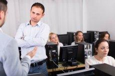 Spotkania w korporacjach potrafią przeciągać się w nieskończoność. Według miliarderów taka forma pracy jest zwyczajnie nieefektywna