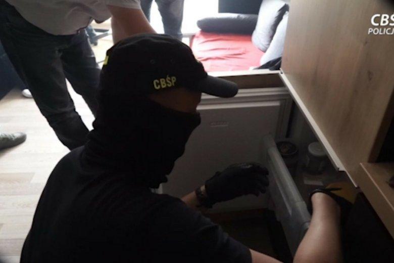 Akcja zatrzymania działających na Wybrzeżu oszustów, którzy poprzez siedemnaście fałszywych witryn zdołali wyłudzić ponad 2,5 mln zł.
