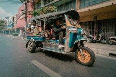Popularne tajskie taksówki, czyli tak zwany tuktuk.