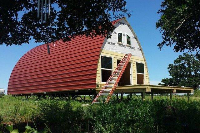 Łukowata konstrukcja domku umożliwia jego błyskawiczny montaż.