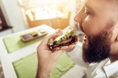Amerykanin przez rok jadł przeterminowaną żywność i... nic mu się nie stało.