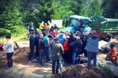 Mieszkańcy Czarnej Dąbrówki od miesiąca blokują drogę, protestując przeciwko działaniu jednego ze swoich sąsiadów, który sprowadził na swoją działkę 600 świń