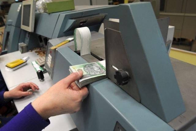 Polacy masowo wycofują pieniądze z lokat bankowych, fimy idą ich śladem