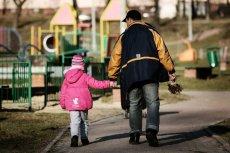 Samotni rodzice tracili 500+ przez zmianę w ustawie. NIK uznało, że było to niezgodne z konstytucją.