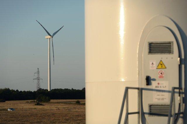 Wiatr wprawia w ruch łopaty wirnika, ale prąd jest produkowany dopiero przez umieszczony za nimi generator. I tu zaczyna się rola wynalazku trójki Polaków. LGM umieszcza na generatorze mikroprocesor z opracowanym przez siebie algorytmem, dzięki któremu z