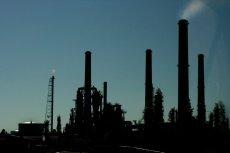 Atak dronów na rafinerie w Arabii Saudyjskiej posłał w górę ceny ropy.