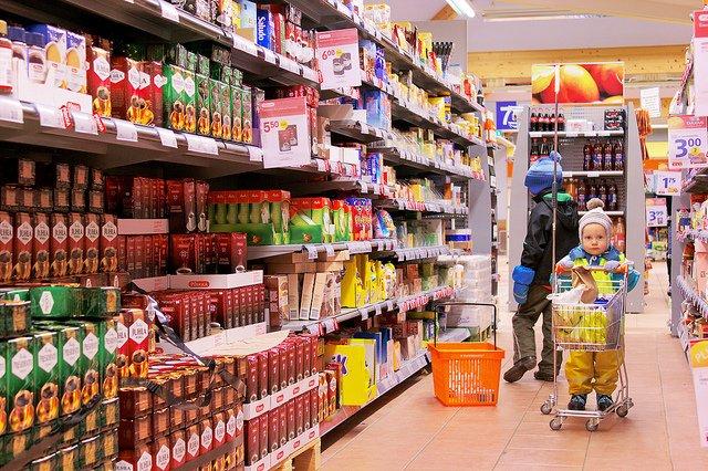 Producenci oszukują nas na żywności. Po kryjomu zmniejszają produkty, ale cena pozostaje taka sama