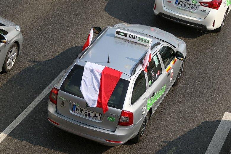 W samej Warszawie odbyło się przynajmniej kilka strajków taksówkarzy – setki aut z kogutem jeździły powolutku, blokując ulice.