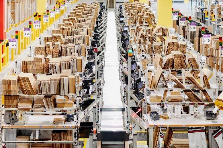 Amazon otwiera dwa nowe centra logistyczne. Łącznie zatrudnienie znajdzie w nich 2 tys. osób.