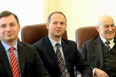 Przewodniczący KNF, Marek Chrzanowski (w środku) zrujnował zaufanie do tej instytucji