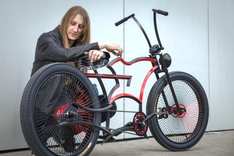 Adam Zdanowicz z rowerem Slasha