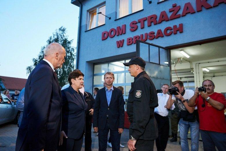 Premier Beata Szydło z wizytą u strażaków po sierpniowych nawałnicach.