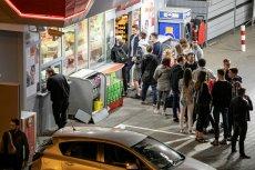Znaczna część niedzielnego handlu przeniosła się na stacje benzynowe. Sprzedaż w sklepach na stacjach wzrosła w kwietniu o ponad 27 proc.