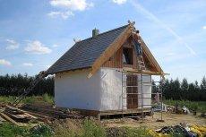 Budowa domów ze słomy i gliny staje się w Polsce coraz bardziej popularna.