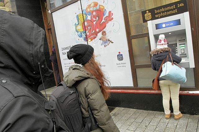 W roku 2017 czeka nas sporo podwyżek w bankach - m.in. za wypłaty z bankomatów.