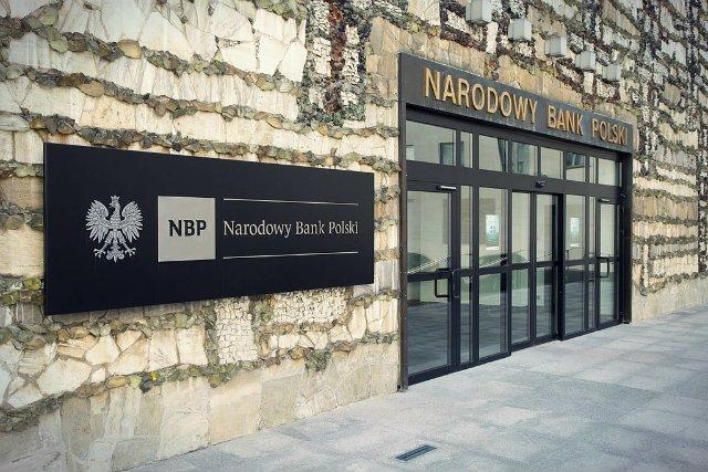 Joanna Chrzanowska łączy pracę na stanowisku kierowniczym w NBP z prowadzeniem spółki z o.o., co eksperci uznają za konflikt interesów.