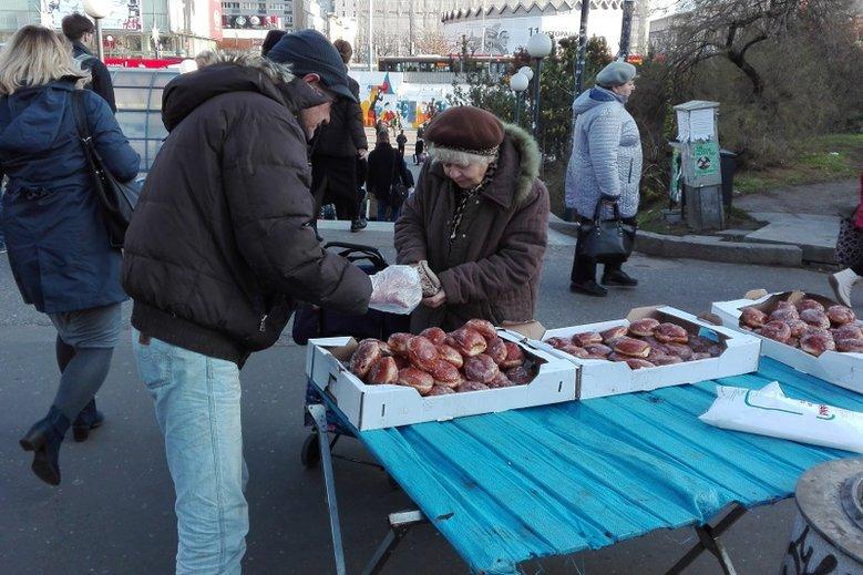 Wyroby Żaczka można dostać m.in. przy stacjach metra, placu przed Arkadią, na placu Wileńskim i na skrzyżowaniu ulic Rembielińskiej i Kondratowicza