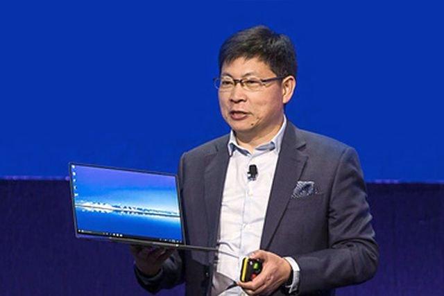 Richard Yu, szef Huawei, prezentuje nowy model komputera - Matebook X Pro.