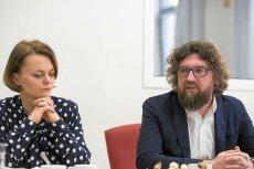 Minister przedsiębiorczości Jadwiga Emilewicz i wiceminister Piotr Woźny. Ich resort zapowiada ulgi i ułatwienia dla małego biznesu