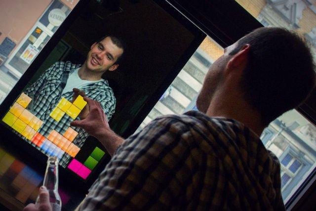 Lustra Abyss Glass dzięki zastosowaniu technologii Kinect, mogą służyć do angażujących gier.