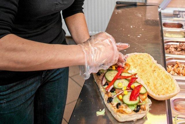 Produkcja kanapek na dużą skalę jest dla środowiska tak samo szkodliwa, jak eksploatacja milionów samochodów – ustalili naukowcy z Uniwersytetu w Manchesterze.